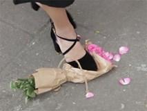 Kỷ niệm 1 năm yêu nhau bằng bó hoa hồng, anh bị bạn gái chia tay