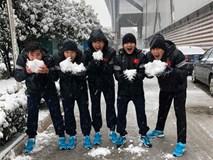 Cầu thủ U23 thích thú nghịch tuyết ở Thường Châu
