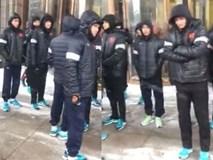 NÓNG: Cầu thủ U23 Việt Nam co ro dưới trời mưa tuyết, chuẩn bị di chuyển ra sân