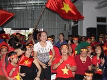 Mẹ trung vệ Tiến Dũng lại ngất khi Việt Nam gỡ hòa