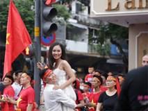 Cô dâu chú rể gây chú ý khi chụp ảnh cưới giữa hàng nghìn người hâm mộ trước trận chung kết U23 Việt Nam