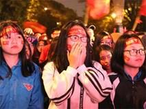 Gạt nước mắt, sinh viên nắm tay nhau hát
