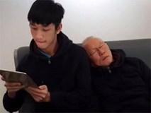 """Hành động đáng yêu của """"ông chú Hàn Quốc"""": Kéo vai Trọng Đại, tựa đầu ngủ như 2 bố con ở sân bay"""