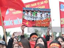Người hâm mộ Việt Nam nhuộm đỏ sân bay Nội Bài