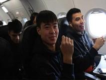 Tuyển thủ U23 ký tặng mỏi tay cho người hâm mộ trên tàu bay về Việt Nam