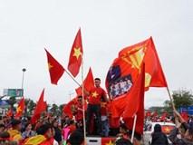 Biển cờ đỏ sao vàng chào đón chiến binh U23 Việt Nam ở Nội Bài