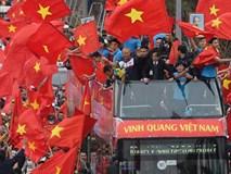 U23 Việt Nam đi trên xe buýt 2 tầng vẫy chào người hâm mộ
