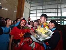 NÓNG: Những hình ảnh khó quên của các tuyển thủ U23 Việt Nam tại sân bay Nội Bài