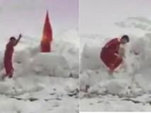 Khoảnh khắc xúc động: Duy Mạnh cắm lá cờ Việt Nam trên tuyết, cúi chào Quốc kỳ sau chung kết