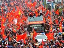 Những người hùng U23 Việt Nam bước ra trong vòng tay người hâm mộ