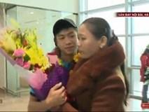 Khoảnh khắc ứa nước mắt: Phan Văn Đức lặng lẽ ôm mẹ khi vừa xuống sân bay