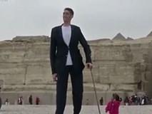 Clip: Khoảnh khắc thú vị khi người cao nhất thế giới gặp người lùn nhất thế giới