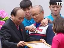 Ân cần bẻ lại cổ áo cho thầy Park, Duy Mạnh đúng là vừa đẹp trai vừa ấm áp!