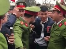 Clip: Đức Chinh tươi cười, di chuyển khó khăn vì được quá nhiều fan nữ tại quê nhà bao vây, hò reo xin chữ ký