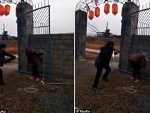Ăn trộm chó, người phụ nữ bị bắt trói, đánh đập trước mặt đám đông
