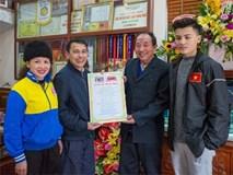Chuyện cụ ông 69 tuổi bắt xe ôm, xe buýt gần 100km đến nhà bố mẹ Quang Hải để tặng một món quà