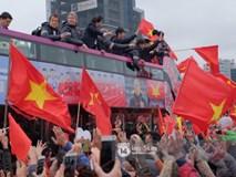 """Giáo viên nước ngoài tại Việt Nam: """"Tôi thực sự xúc động khi nhìn thấy dòng người chào đón các cầu thủ U23"""""""