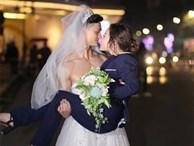 Cười té ghế với bộ ảnh siêu lầy 'chú rể yếu đuối' và 'cô dâu to, cao, khỏe' mặc váy cưới lộ nguyên bờ vai trần cơ bắp
