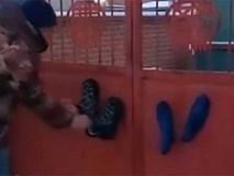 Rét kỷ lục đến mức đạp chân lên cổng, giày dính luôn tại chỗ