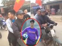 Được ô tô đưa đón nhưng khi thấy bố chạy xe máy cũ mèm theo, thủ môn U23 Việt Nam đã lao ngay xuống để được đi với bố về nhà
