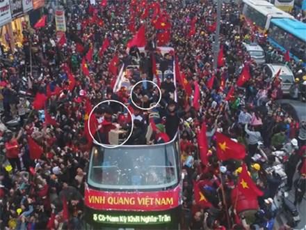 Clip: Hoá ra đi xe buýt diễu hành từ sân bay Nội Bài, các cầu thủ U23 đã tranh thủ ăn pizza chống đói vui như này