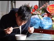 Bố hậu vệ Vũ Văn Thanh bật khóc khi chứng kiến con trai ăn món do chính tay mình nấu