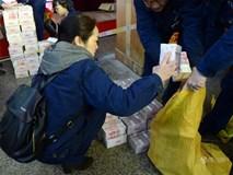Công nhân Trung Quốc nhận bao tải tiền về quê ăn Tết