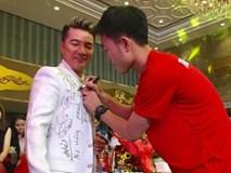 Chiếc áo phủ đầy chữ ký của U23 Việt Nam - thứ độc nhất vô nhị của Đàm Vĩnh Hưng!