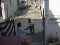 Nhóm côn đồ tán loạn khi người phụ nữ rút súng