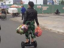 """Clip: Bác gái U50 """"cưỡi ván điện"""" đi chợ, 2 tay cầm túi lớn túi nhỏ đựng rau thịt khiến nhiều bạn trẻ ngỡ ngàng"""
