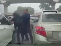 Bức xúc vì tắc đường 2 tài xế lao vào đánh nhau