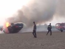 Xe Audi tông vào lan can vòng xuyến rồi bốc cháy ngùn ngụt