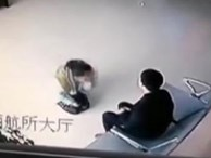 Đau lòng cảnh người mẹ đầy vết bầm tím quỳ gối xin con trai tha thứ giữa đồn cảnh sát