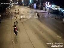 Clip: Nam thanh niên lao thẳng xe vào hàng rào chắn đường ray như phim hành động