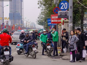 Chùm ảnh: Người dân lỉnh kỉnh đồ đạc tranh thủ quay lại Thủ đô sớm trước khi quay lại với guồng quay công việc