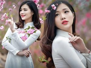 """Nữ MC Hà Nội đẹp """"quên lối về"""" bên vườn đào Tết"""