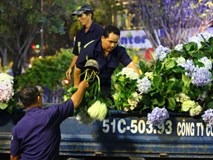 """Clip: Tranh thủ """"mót"""" hoa ở đường hoa Nguyễn Huệ đêm bế mạc, nhiều người dân bị bảo vệ xông ra ngăn cản"""