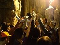 Người dân liều lĩnh đu mình trên vách đá hứng nước 'lộc' trước giờ khai hội chùa Hương