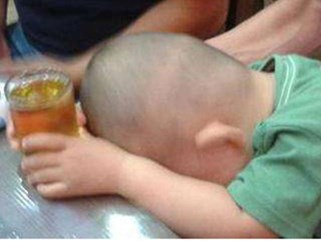 """Đi ăn liên hoan cùng ông ngoại, bé trai bị """"ép"""" uống rượu bia tới hôn mê bất tỉnh"""