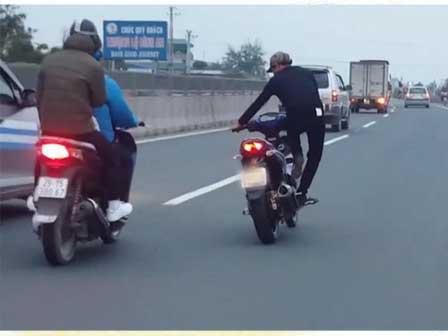 Clip: Hết hồn với thanh niên vừa chạy Exciter vừa tập thể dục nhịp điệu trên quốc lộ
