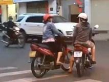 """Bức xúc 2 nữ """"ninja"""" dừng xe giữa đường buôn chuyện"""