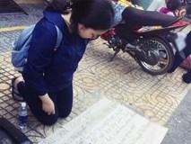 Xôn xao hình ảnh nữ sinh viên quỳ gối bên đường xin lại giấy tờ sau khi bị cướp giật ví trên xe buýt ở Sài Gòn
