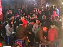 Trời chưa sáng, rất đông người dầm mình trong mưa rét xếp hàng chờ mua vàng