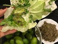 Nhót xanh cuộn bắp cải chấm chẩm chéo - món ăn 'tưởng không ngon mà ngon không tưởng'