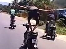 Người đàn ông vừa đi xe máy vừa múa bằng cả 2 tay