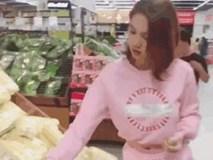 Ngọc Trinh mặc đồ ngắn sexy đi siêu thị cùng người giúp việc