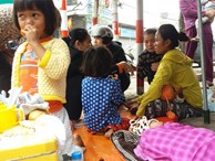 Chỉ có 200.000 đồng trong túi người mẹ trẻ mang theo 4 đứa con nheo nhóc, bệnh tật lặn lội từ Quảng Trị ra Hà Nội kiếm sống