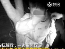 Mâu thuẫn gia đình, bà nội không muốn trông nên giữa đêm lạnh trói cháu trai vào gốc cây, bà ngoại âm thầm đi báo cảnh sát