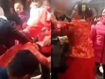 Bị dúi đầu xuống bắt làm lễ, cô dâu nổi xung, đứng dậy tát thẳng vào mặt người khách vô duyên