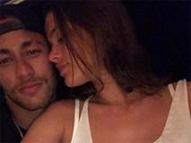 Neymar được bạn gái vỗ về trước ca phẫu thuật quan trọng